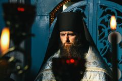 Ortodox präst i lokalkyrka Arkivfoton