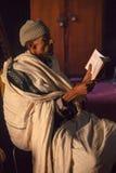 Ortodox präst som läser bibeln Arkivfoto