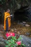 Ortodox präst under sakrament av andlig födelse - dop Royaltyfri Bild