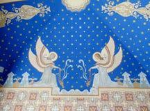 Ortodox religiös kristen målning av änglar på den kyrkliga väggen royaltyfri bild