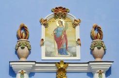 Ortodox religiös kristen målning av helgon på den kyrkliga väggen royaltyfria foton