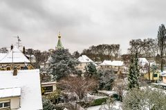 Ortodox rysskyrka i Strasbourg, stadstak efter snöfall Fotografering för Bildbyråer