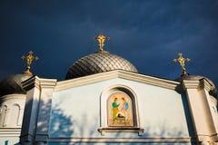 Ortodox sikt för främre sida för kyrklig byggnad solbelyst royaltyfri bild