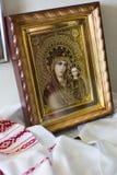 Ortodox symbol av oskulden och behandla som ett barn Jesus i guld- ram Royaltyfria Bilder