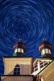 Ortodox tempel i den Kaluga regionen av centrala Ryssland på natten Royaltyfri Bild