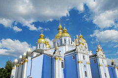 Ortodoxa guld- kupoler för kristen kyrka fotografering för bildbyråer