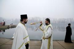 Ortodoxa kristen firar Epiphany med traditionell issimning Arkivbilder