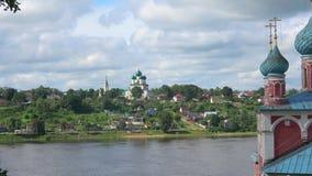 Ortodoxa kyrkor på bankerna av Volgaet River, sommardag Tutaev Ryssland lager videofilmer