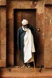 Ortodoxa kyrkor snider i fast vaggar i Lalibela Royaltyfri Foto