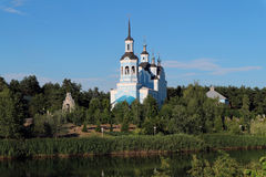Ortodoxia Christian Church en la orilla fotos de archivo
