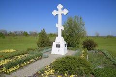 Ortodoxkors på ingången till bosättningen kristet trosymbol Ortodoxkors för absorbering som skriver in in i cet royaltyfria bilder