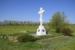 Ortodoxkors på ingången till bosättningen kristet trosymbol Ortodoxkors för absorbering som skriver in in i cet royaltyfria foton