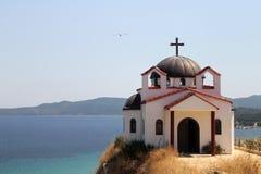 Ortodoxkyrka på en kull, Chalkidiki, Grekland Fotografering för Bildbyråer