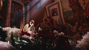 Ortodoxo, cristianismo, iglesia Sun brilla desde arriba de la ventana en una iglesia vieja con artes religiosos en la pared metrajes