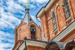 Ortodoxo o Christian Church del ladrillo rojo Cielo azul hermoso Imagen de archivo libre de regalías