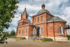 Ortodoxo o Christian Church del ladrillo rojo Cielo azul hermoso Imagen de archivo
