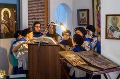 Ortodoxservice i en av templen av mars för Kaluga region (Ryssland) 25 2016 Fotografering för Bildbyråer