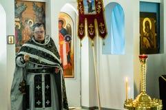 Ortodoxservice i en av templen av mars för Kaluga region (Ryssland) 25 2016 Arkivfoto