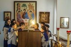 Ortodoxservice i en av templen av mars för Kaluga region (Ryssland) 25 2016 Arkivbild