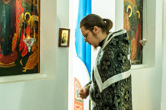 Ortodoxservice i en av templen av mars för Kaluga region (Ryssland) 25 2016 Royaltyfria Bilder