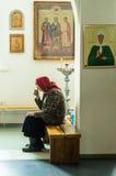 Ortodoxservice i en av templen av mars för Kaluga region (Ryssland) 25 2016 Royaltyfria Foton