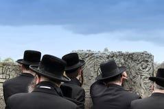 Ortodoxt judiskt ber, jews, judendom, hasidim, baksida, bakom royaltyfri foto