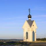 Ortodoxt kapell på bakgrund för blå himmel Arkivbild