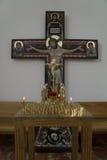 Ortodoxt kors med stearinljus Arkivfoto