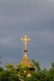 Ortodoxt kors på en guldkupol royaltyfri fotografi