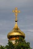 Ortodoxt kors på en guldkupol Arkivfoton