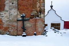 Ortodoxt kors, skott från kupolen av det förfallna kapellet i männens kloster, Ryssland, vinter arkivbilder