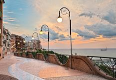 Ortona, Abruzzo, Italië: strandboulevard bij dageraad, mooi terras op t stock foto's