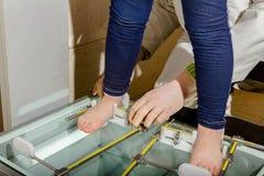 Ortopeda jest pomiarowym dziecka ` s stopą z instrumentami zdjęcia royalty free