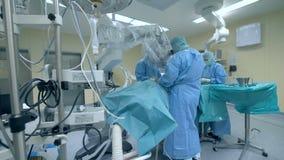 Ortopedia in una stanza Un medico e un infermiere che eseguono un ambulatorio ad una clinica Concetto innovatore della medicina stock footage