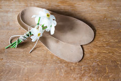 Ortopedyczni brandzle i bukiet biali daffodils drewniany backg Zdjęcia Stock