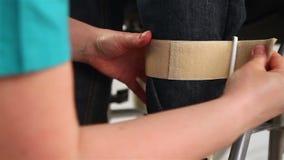 Ortopedyczny wyposażenie dla młodego człowieka w wózka inwalidzkiego zakończeniu up zbiory wideo