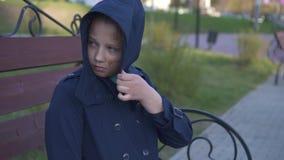 Ortrait του κοριτσιού εφήβων με τις του προσώπου παραμορφώσεις ή των εγκαυμάτων στο πρόσωπο στο υπόβαθρο της πόλης απόθεμα βίντεο