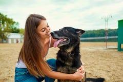 Ortrait av en flicka med en hund arkivbild