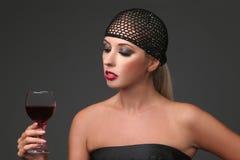 Ortrait de belle jeune femme avec le verre de vin rétro type de fille images libres de droits