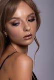 Ortrait de un adolescente con maquillaje creativo Imagen de archivo