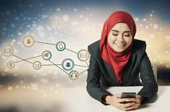 Ortrait der asiatischen Geschäftsfrau, die Handy über abstraktem Doppelbelichtungshintergrund verwendet Lizenzfreies Stockfoto