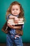 Ortrait di una bambina con i libri in loro mani Fotografia Stock