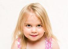 Ortrait do bebê louro bonito da criança com sorrir forçadamente insolente fotos de stock