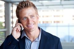 Ortrait do homem de negócio considerável que usa o telefone de pilha Foto de Stock
