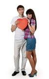 Ortrait eines schönen Paares des roten Pappinneren Lizenzfreie Stockbilder