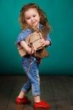 Ortrait van een klein meisje met boeken in hun handen Stock Afbeeldingen