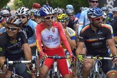 Ortraits von lächelnden Radfahrern vor dem Rennen, konkurrierend für Straßen-Grand- Prixereignis, ein Hochgeschwindigkeitskriteri Lizenzfreies Stockfoto