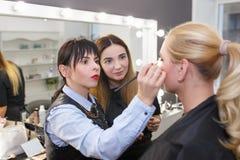 Orubblig kurs för makeup på skönhetskolan arkivbilder