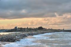Orubbligt Irresisible styrkamöte vaggar på stranden fotografering för bildbyråer