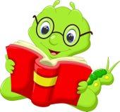 Oruga de la historieta que lee un libro libre illustration